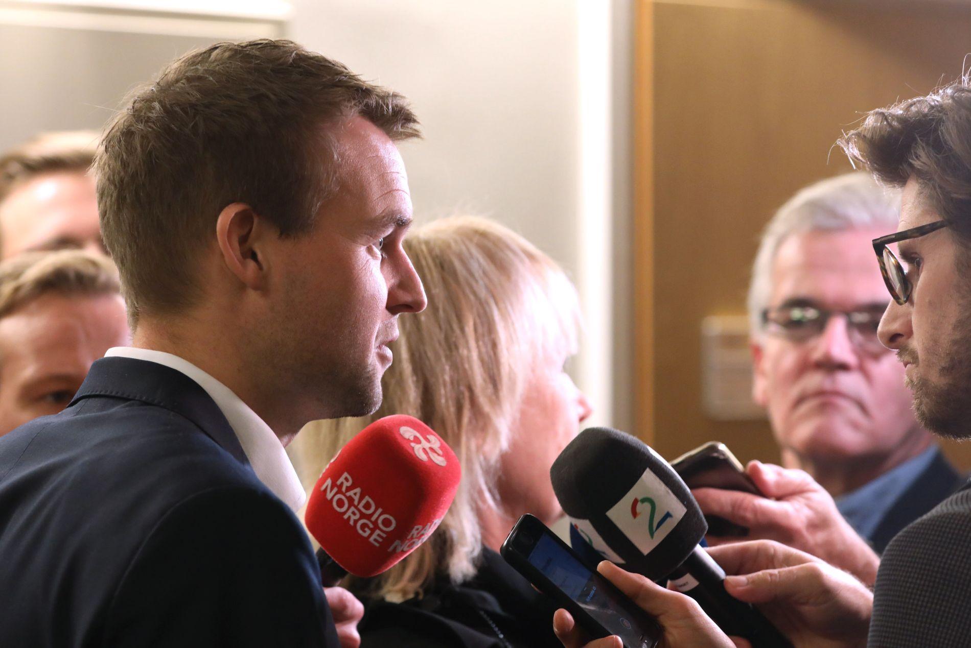 FORHANDLER FORTSATT: Kjell Ingolf Ropstad (KrF) på vei inn til et nytt budsjettmøte med regjeringspartiene klokken 12 tirsdag.