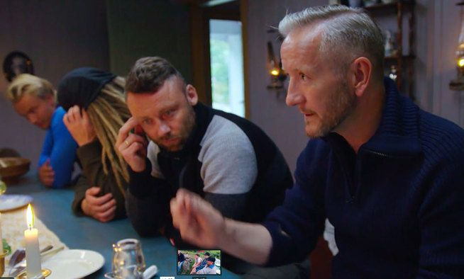 MIDDAGSPRAT: Geir Magne Haukås (t.h.) underholder Tom Evensen og de andre deltagerne.