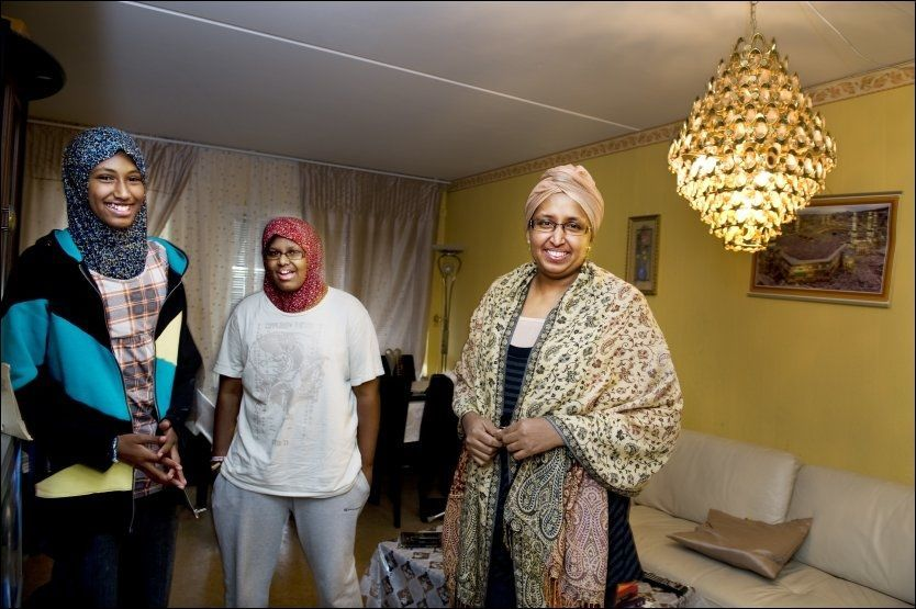 ... MEN DISSE DELTAR: Hani og Hodan Hussein (f.v.) går i bursdager. Mamma Lul Kulmiye har stor tro på dialog. Foto: Line Møller/VG