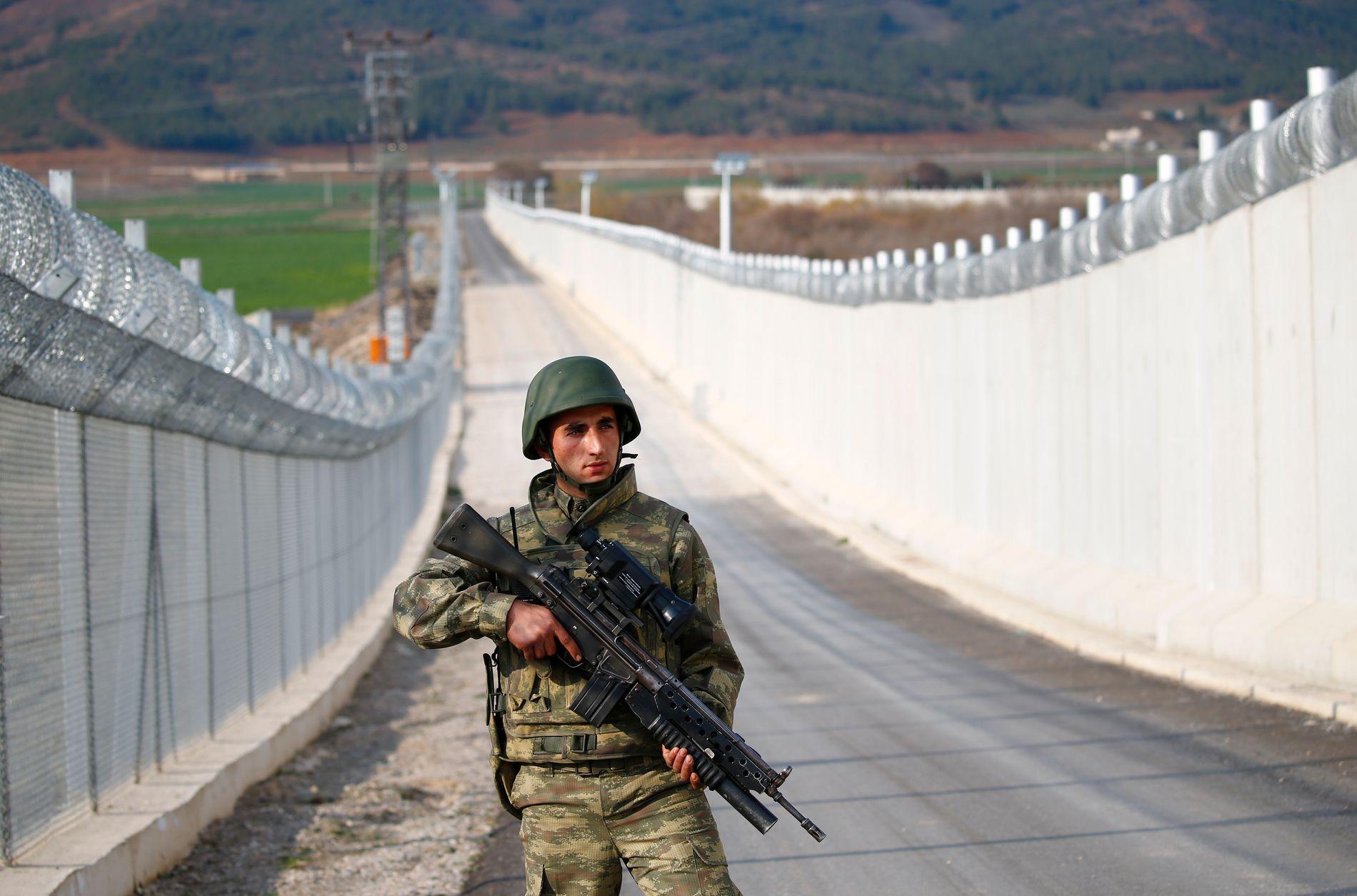 STYRKET KORNTOLL: De siste årene har Tyrkia bygget en mur mot den syriske grensen, som her nær byen Kilis, på et bilde fra 2. mars.