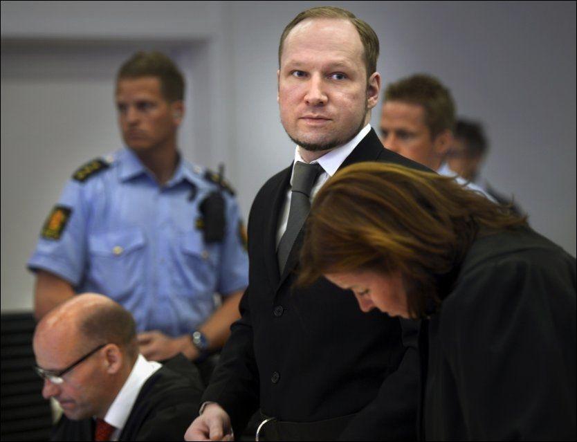 VILLE TA ORDET: Anders Behring Breivik ble stoppet av dommeren da han krevde å kommentere påstandene professor Malt kom med i retten. Etter syv timer fikk han ordet og følte seg krenket. Bildet er fra rettssaken 3. mai. Foto: Helge Mikalsen