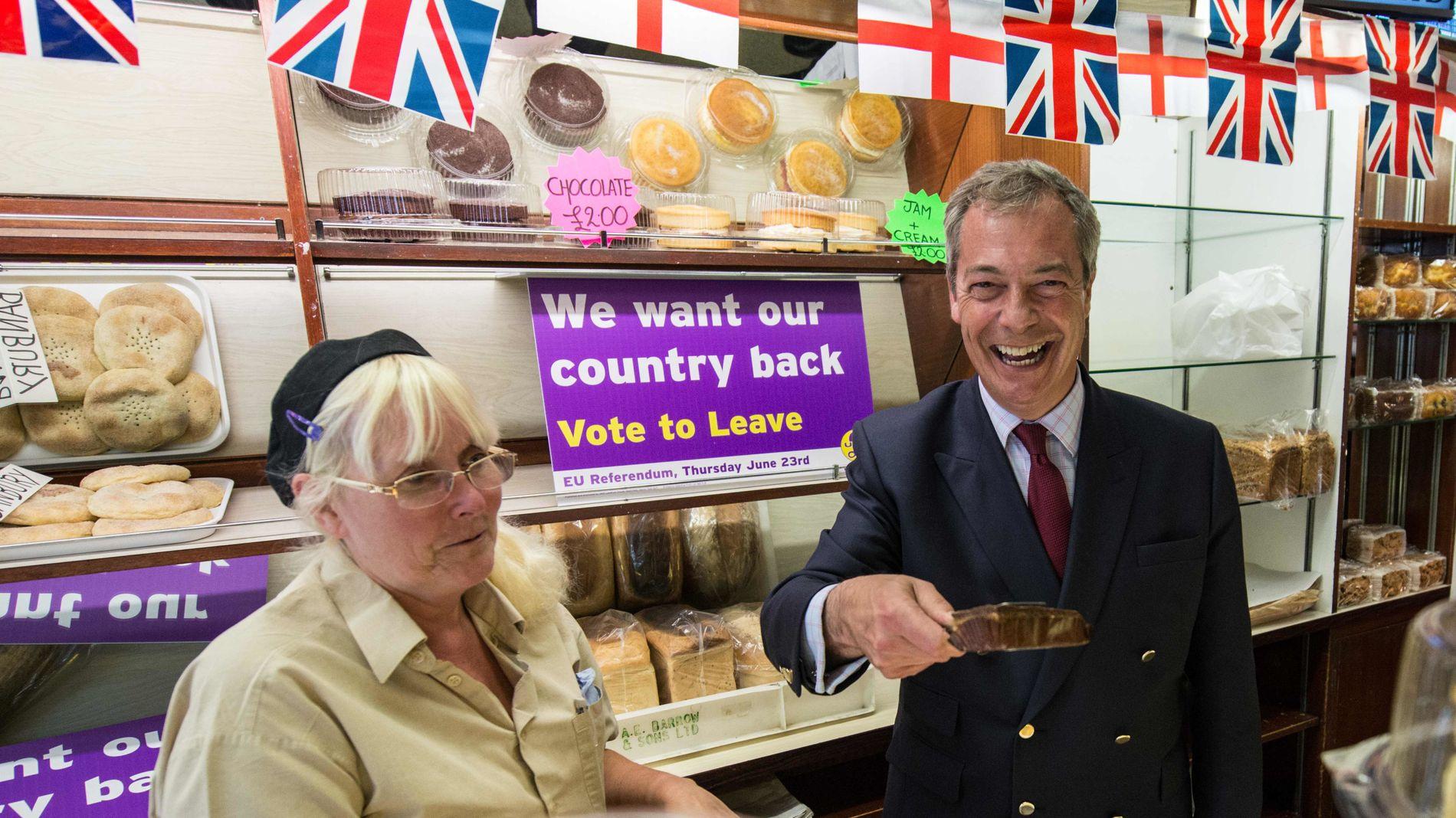 «SKREMMERN»: Britenes mulige «brexit» fra EU skremmer og bekymrer investorer og finansaktører verden over. Nei-forkjemperen Nigel Farage, partileder for UK Independence Party (UKIP), besøkte denne uken blant annet dette bakeriet i Sittingbourne for å drive valgkamp før folkeavstemningen.