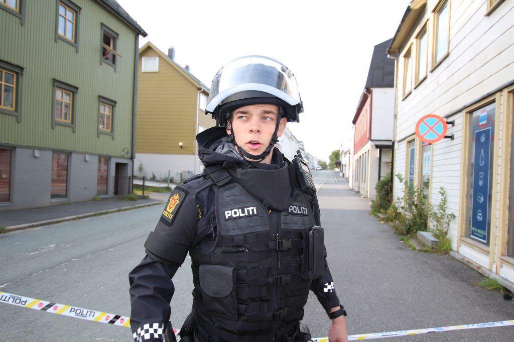 SPERRINGER: En del av Sandnessjøen sentrum ble sperret av etter at både tingretten og lokalavisen måtte evakuere onsdag formiddag.