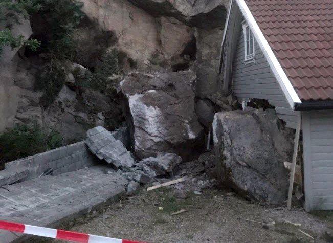 STORE SKADER: Slik så det ut etter at til sammen tre steinblokker raste ned fra en fjellvegg i Spangereid i Lindesnes natt til søndag. Kun den største av dem traff hytta.