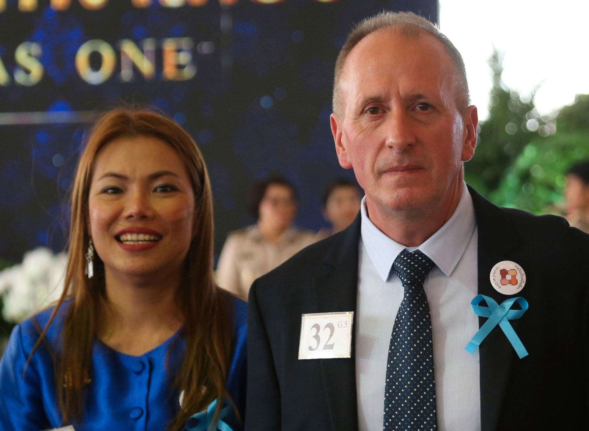 HYLLET: Vernon Unsworth med kona  Woranan Ratrawiphukkun på et arrangement i Bangkok i Thailand 6. september.