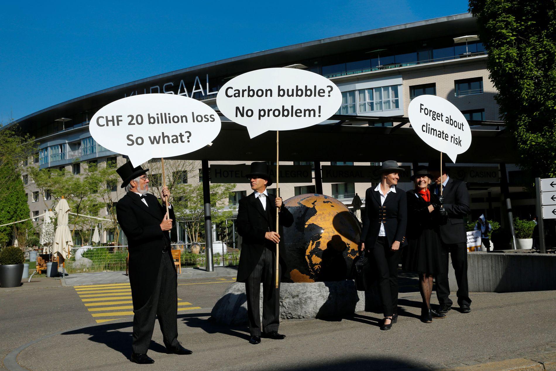 FOSSILER: Demonstranter utenfor den sveitsiske nasjonalbanken under et aksjonærmøte i april i år.