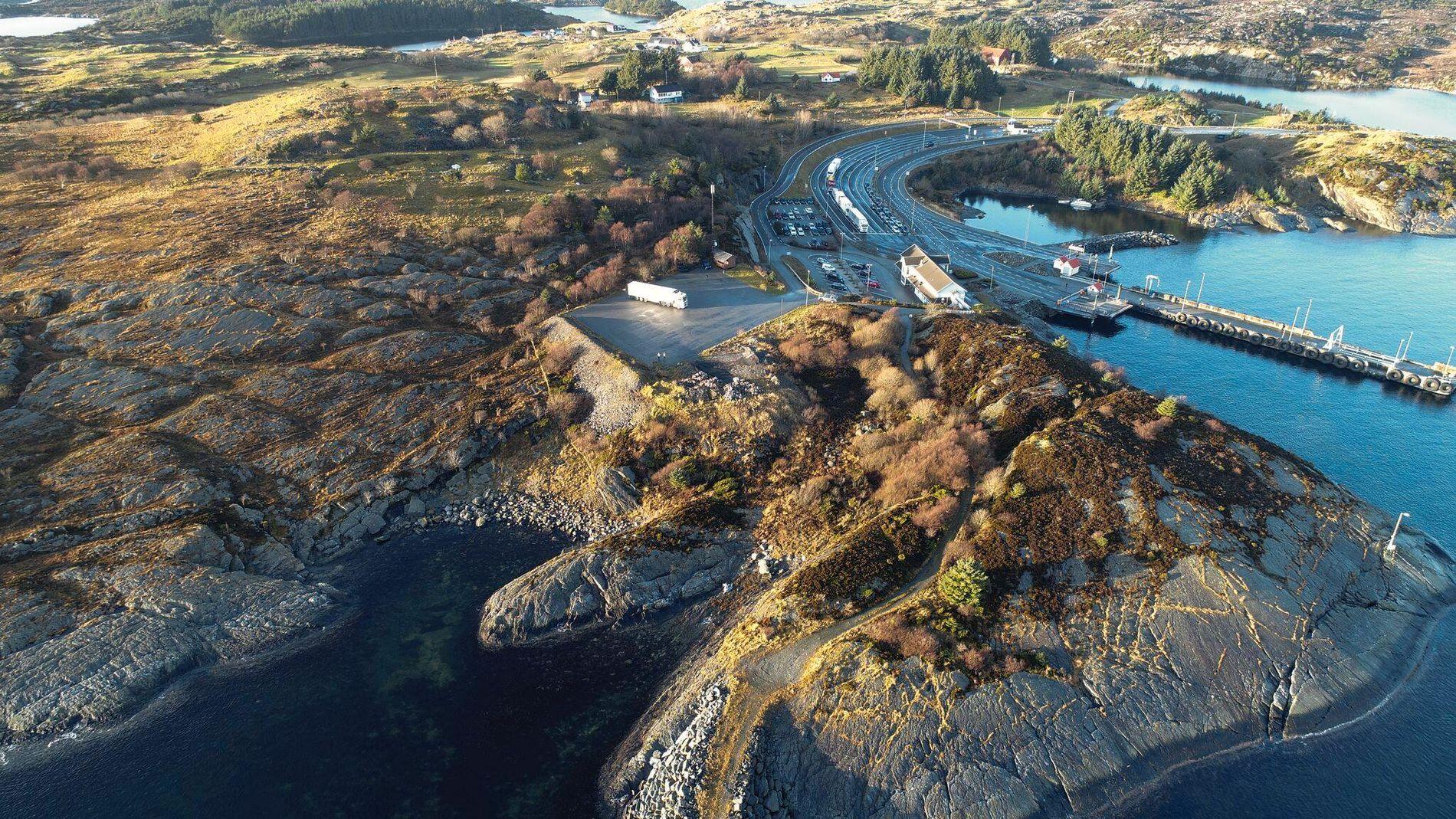 STARTER HER: Første steg mot undervannstunnelen Rogfast starter her ved siden av et av Norges travleste fergeleier. Tunnelen er en del av et fergefritt E39 mellom Kristiansand og Trondheim.