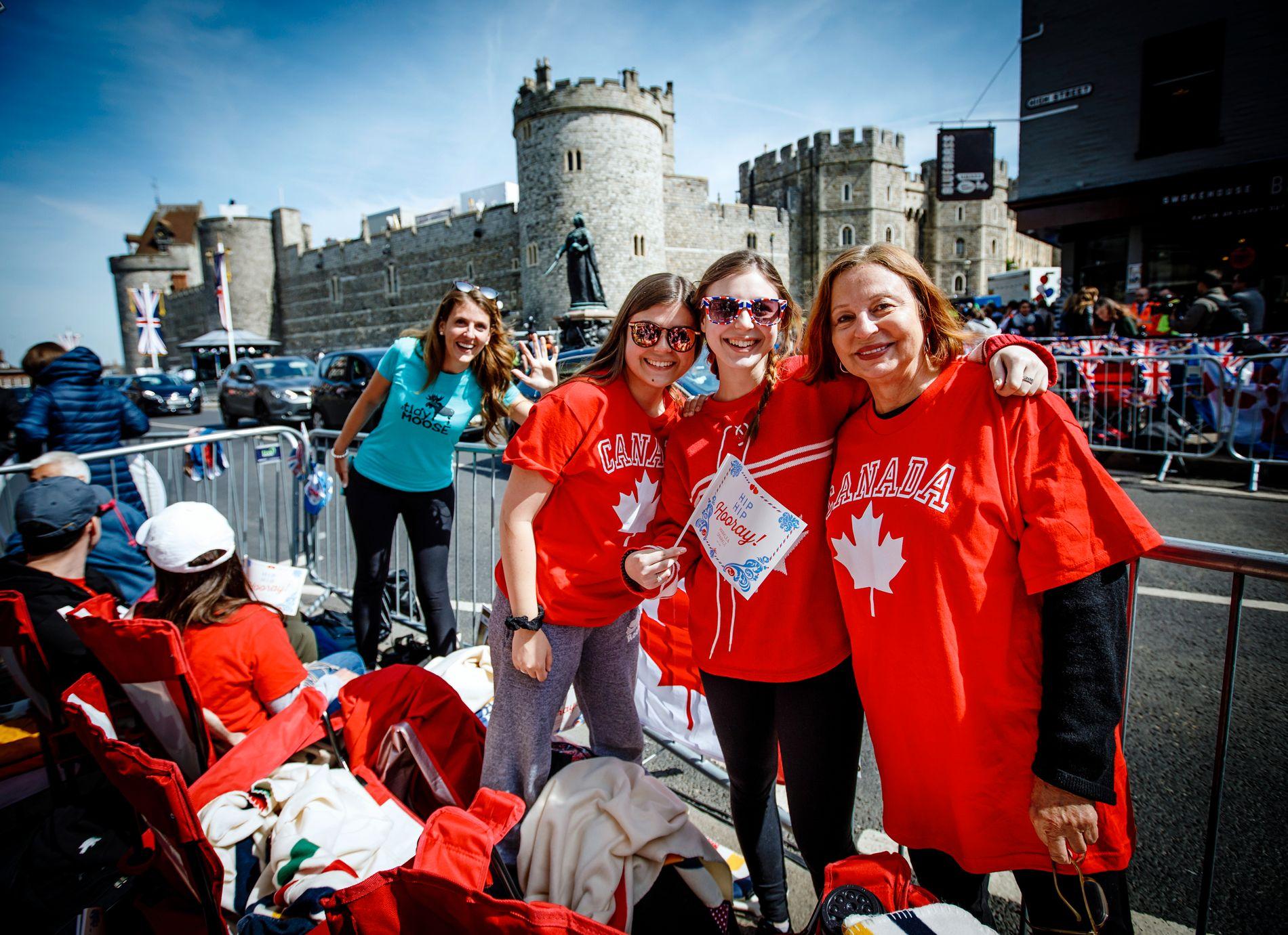 FRA CANADA:  Janice Cox (t.h) med barnebarna Camille og Charlotte Hart har kommet helt fra Toronto til Windsor.