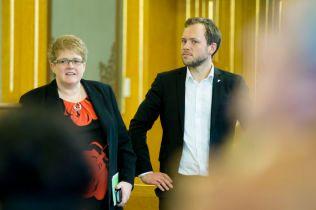 UKONKRET: Venstres leder Trine Skei Grande og leder i Sosialistisk Venstreparti Audun Lysbakken, er ikke fornøyd med forslagene til innstrammingstiltak som Høyre og Fremskrittspartiet presenterte mandag kveld.