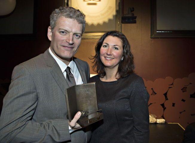 FEIRER PÅ HOTELL: Lars Mytting skal feire  Bokhandlerprisen med kona Tuva og tvillingdøtrene på 11. Her er han sammen med kona rett etter prisutdelingen på Litteraturhuset i dag.