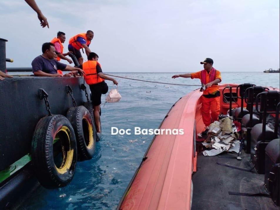 LETER: Indonsias beredskapsetat, Basarnas, har også delt flere bilder fra søket på Twitter.