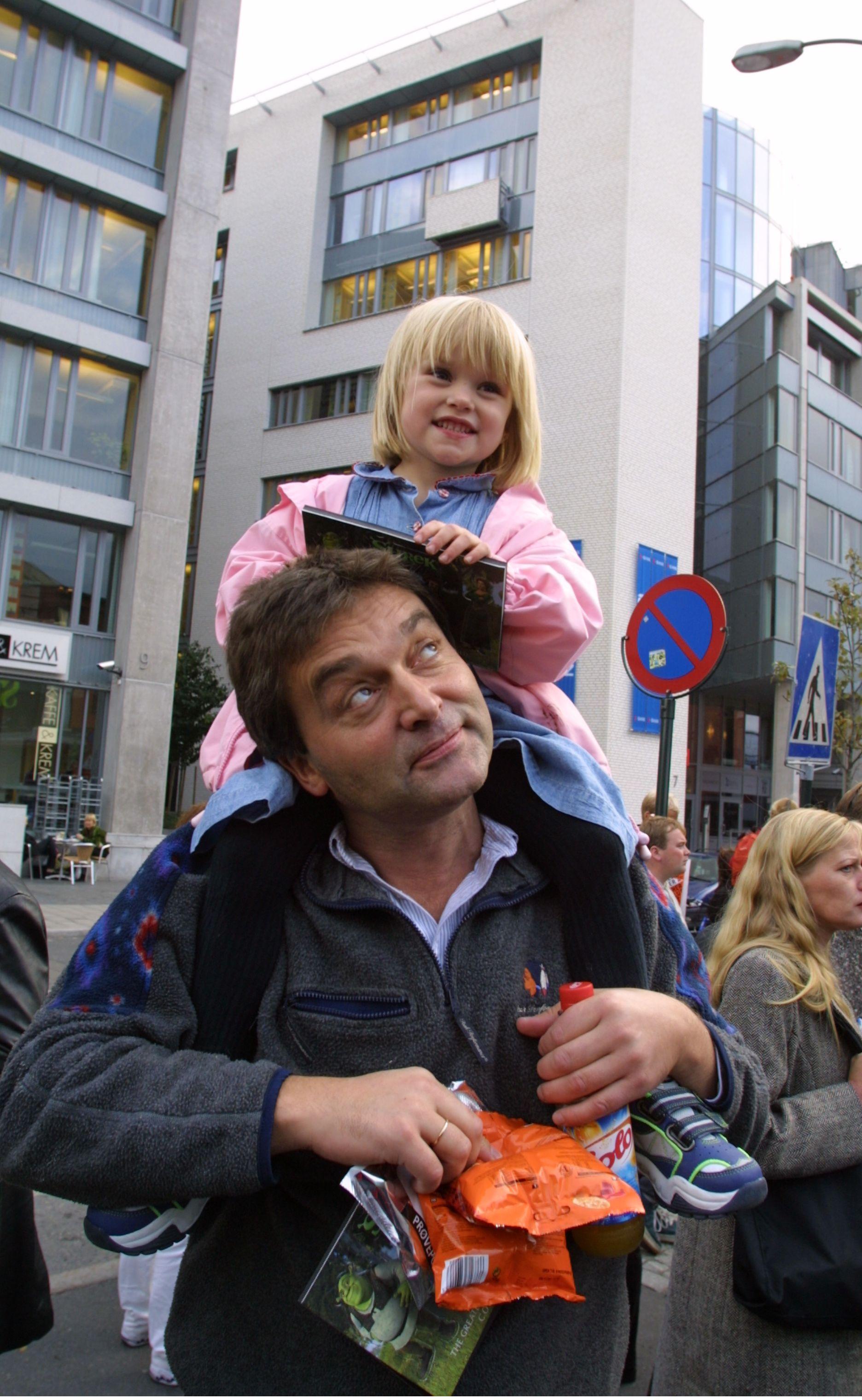 FAMILIEMANN: Tor Andreassen med datteren Nora på skuldrene, på filmpremiere høsten 2001. Foto: JANNE MØLLER-HANSEN