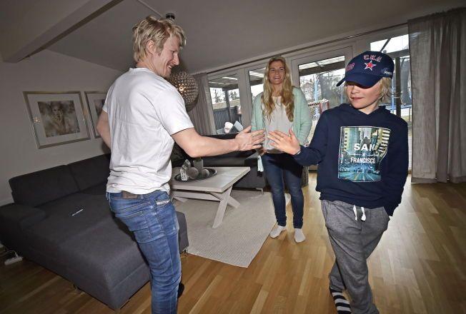 HIGH FIVE: Martin (11) er ivrig hockeyspiller og drømmer om å spille på Storhamar sammen med kommende nabo Patrick Thoresen. Mamma Linda kikker på mens far og sønn tar en high five.