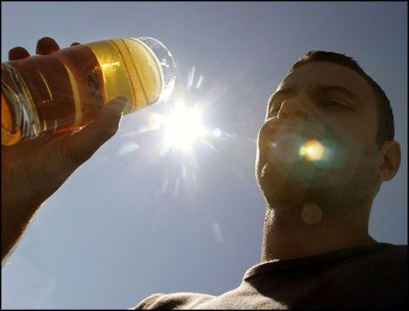 GOD SAMVITTIGHET: Det er bedre å slukke tørsten med en halvliter øl enn vann etter treninga, ifølge en spansk studie. Foto: Knut Fjeldstad/SCANPIX