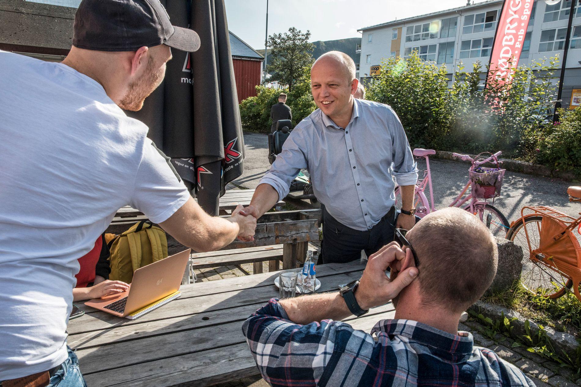 STEMMEFISKE: Sp-leder Trygve Slagsvold Vedum møtte mulige velgere på sin tur til Stokmarknes i Nordland fylkes, der Sp ligger an til å gjøre et brakvalg.