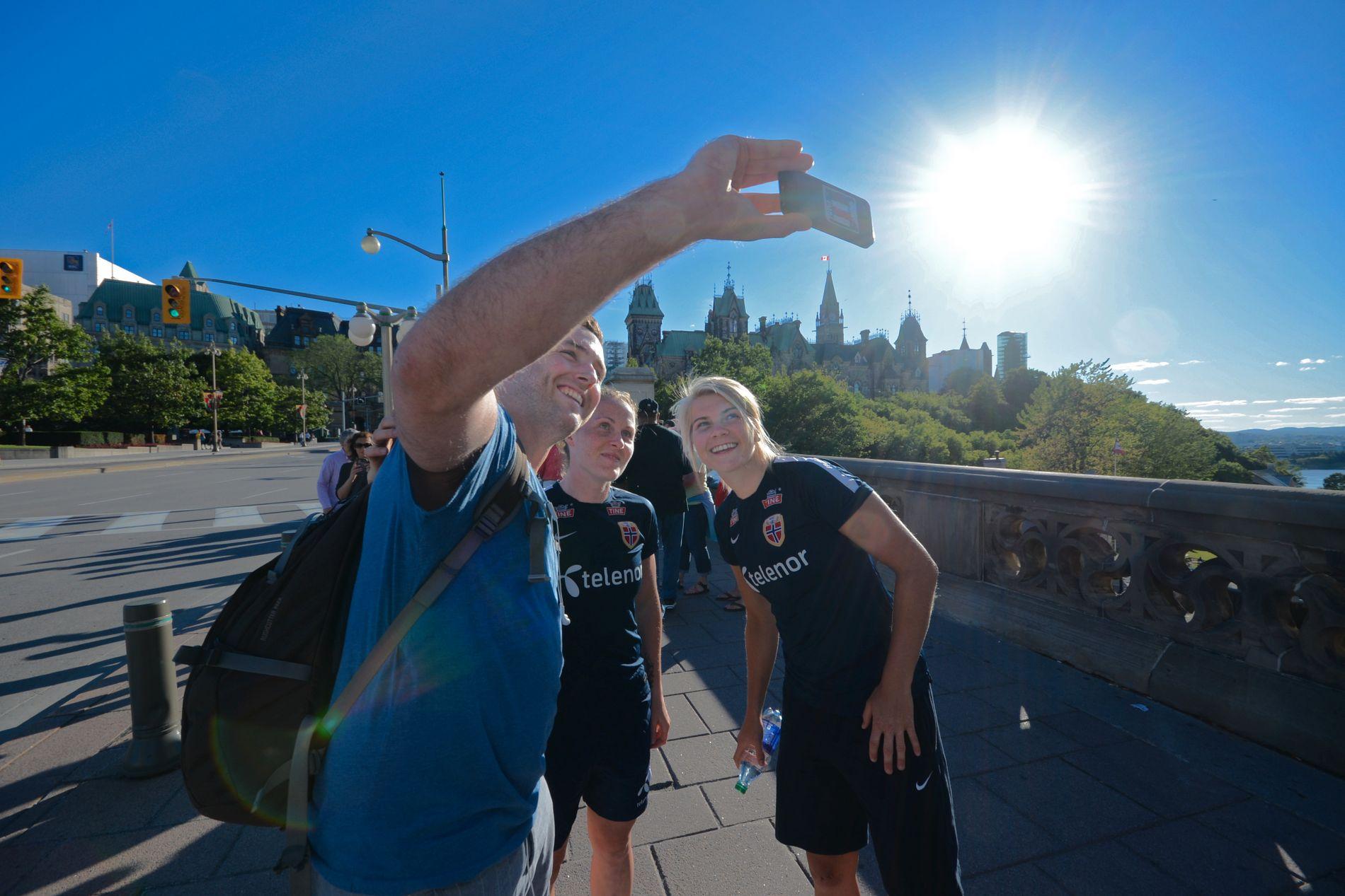 VAR PÅ LAG: Isabell Herlovsen (t.v.) og Ada Hegerberg fotografert i forbindelse med VM i Canada for fire år siden. Nå kan begge bli tilskuere under sommerens mesterskap.