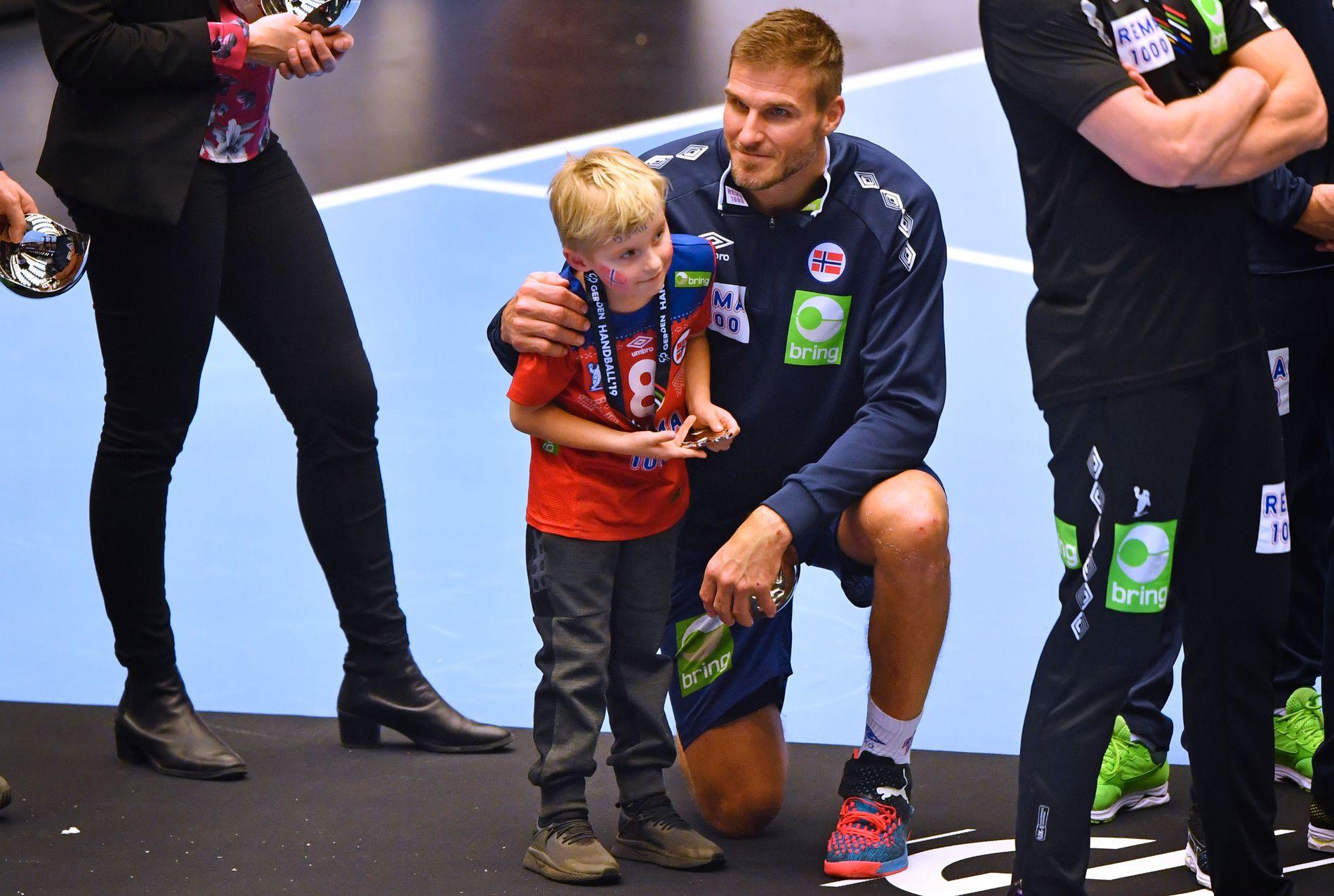 FAMILIEKJÆR: Bjarte Myrhol sammen med sønnen Rasmus etter VM-finalen i januar.