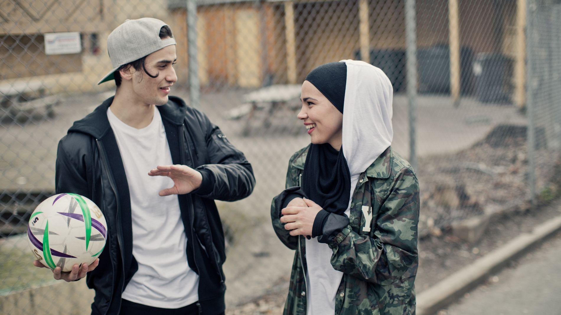 POPULÆRE: Cengiz Al som Yousef og Iman Meskini som Sana i «Skam». Foto: NRK
