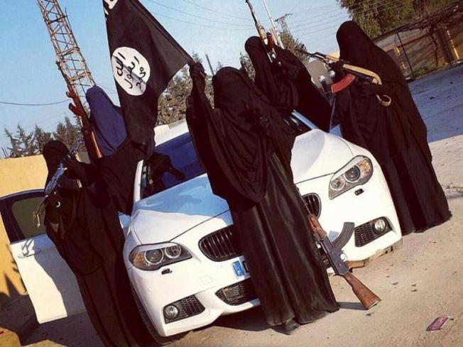 IS-KVINNER: Dette bildet ble lastet opp på Twitter av en kvinnelig IS-rekrutt og har siden vært publisert i en rekke medier. VG presiserer at det ikke finnes informasjon som tilsier at kvinnene på bildet er de samme som er omtalt i denne artikkelen.