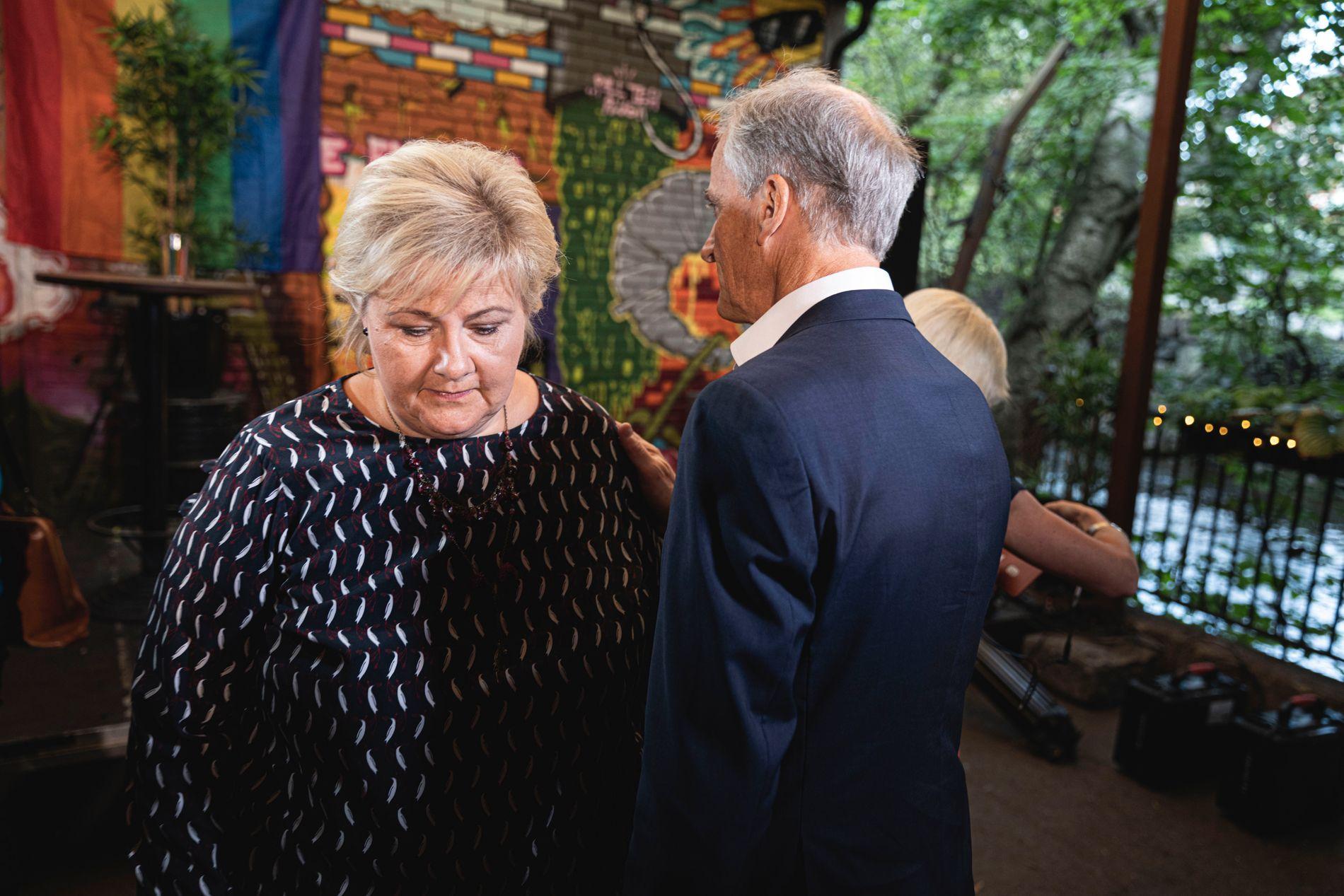 KONKURRENTER: Et øyeblikks ro, kan det se ut som, midt i Erna Solberg og Jonas Gahr Støres valgkamp. Her før partilederdebatt i Oslo i august.