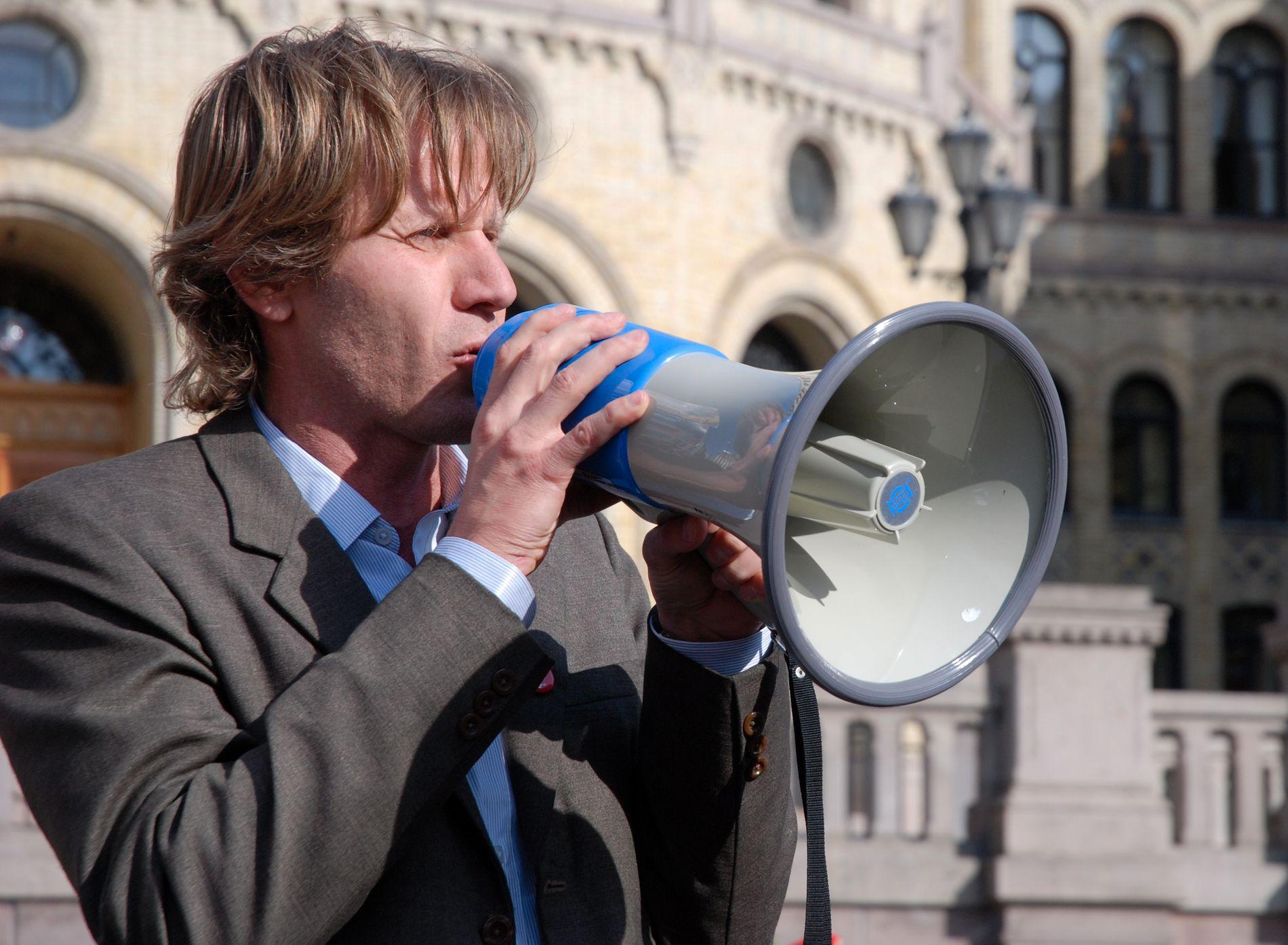 BEKYMRET: Generalsekretær i Amnesty International Norge, John Peder Egenæs, er bekymret for holdningene og verdiene som formidles i russelåta «The Sopranos 2017».