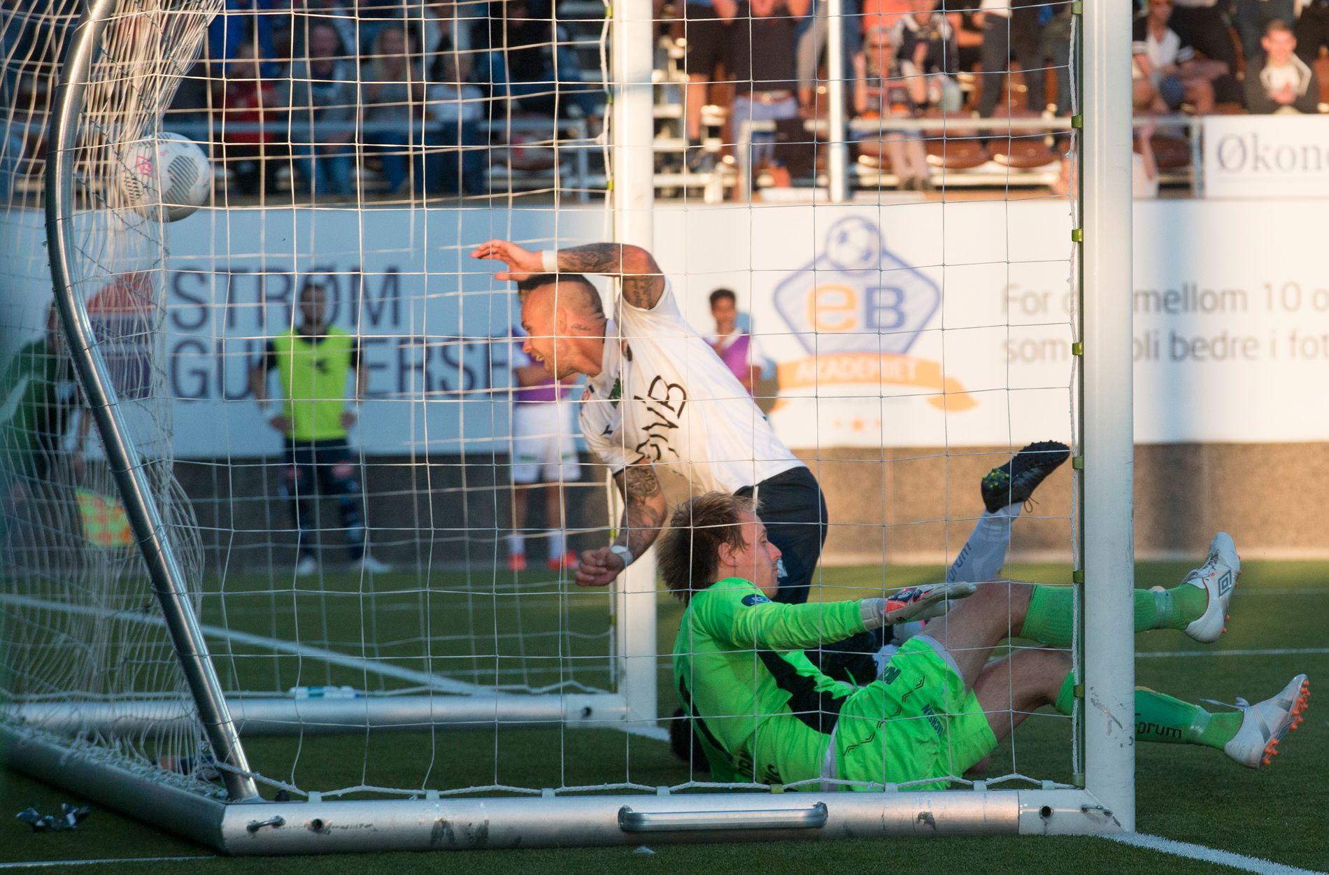 DRAMA: Marcus Pedersen scorer 3-2-målet under Strømsgodsets dramatiske 4-2-seier i lokalderbyet mot Mjøndalen i 2015. Keeper er Ivar Andreas Forn. Nå møtes lagene igjen.
