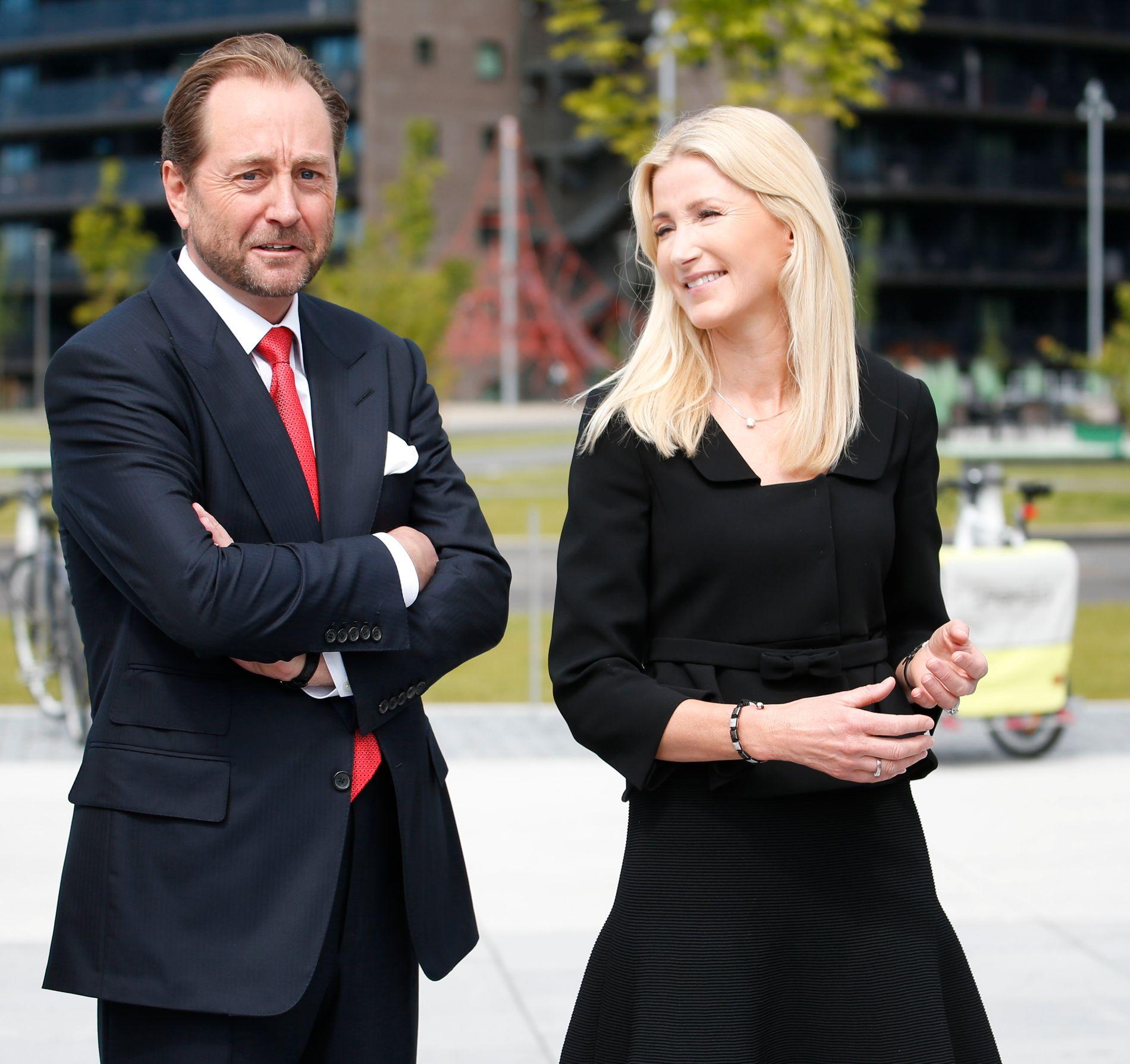GAVMILDE: Ekteparet Kjell Inge Røkke og Anne Grete Eidsvig bor Konglungen i Asker. Nå gir milliardærene penger til sønnenes lokale fotballklubb. Her er de fotografert i fjor under åpningen av Skulpturparken i Akerkvartalet, hovedkontoret til Aker på Fornebu.
