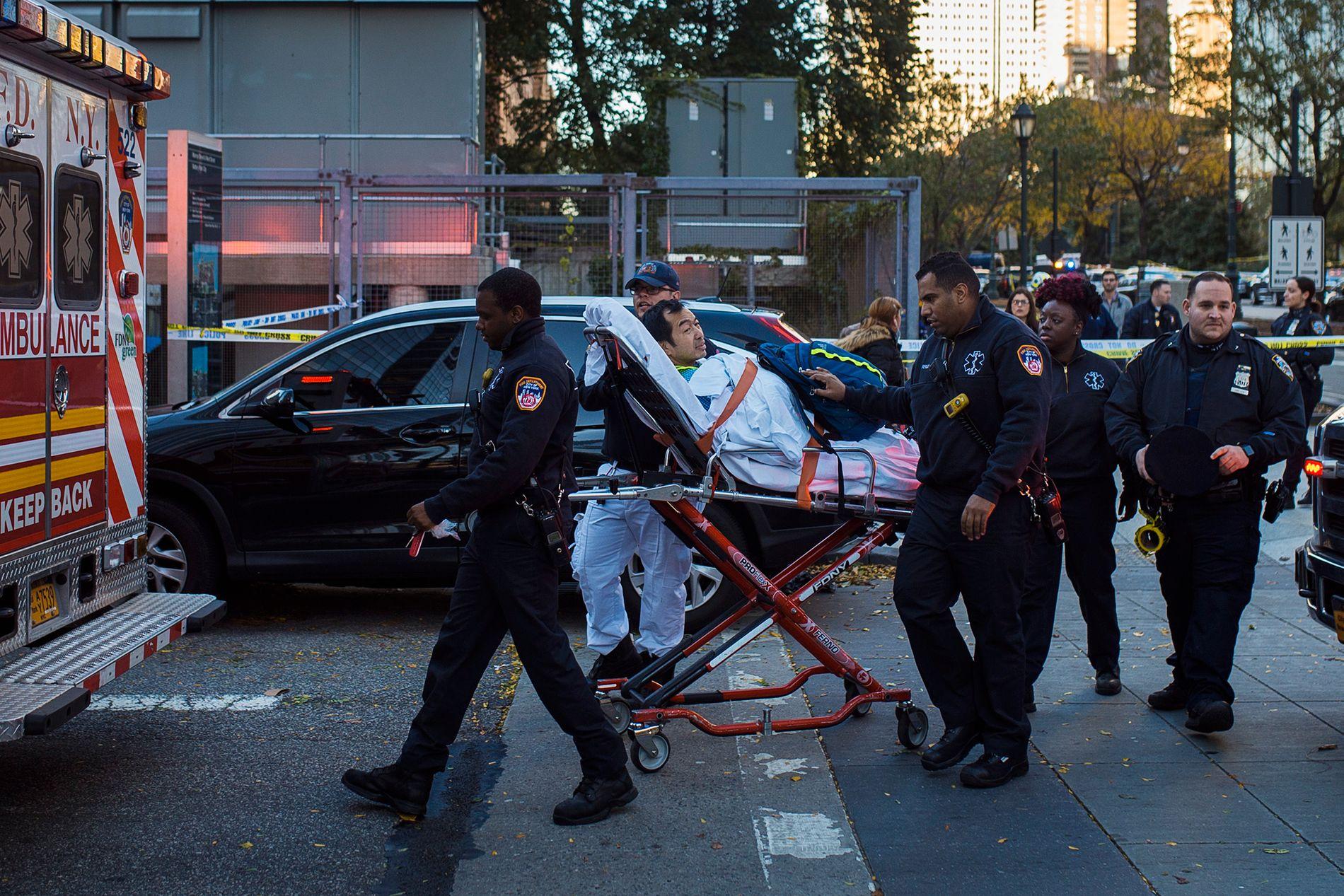 MANGE TERROROFRE: En mann blir hjulpet inn i en ambulanse etter angrepet på Manhattan tirsdag.