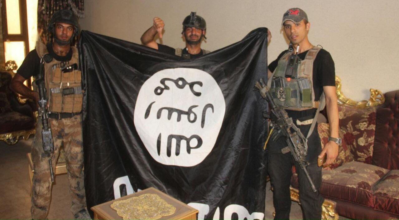 HAR BESEIRET IS: Dette bildet er tatt av Iraks antiterrorgruppe, og viser soldater som 19. juni poserer med et etterlatt IS-flagg, etter å ha gjentatt sentrum av byen.