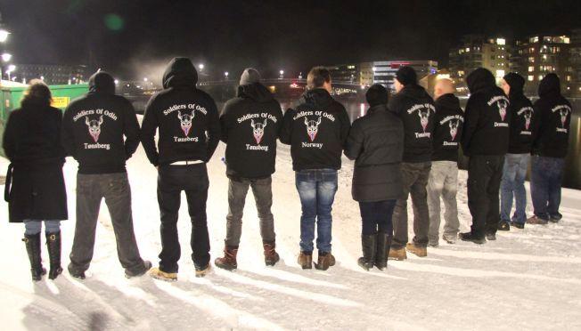UT I BYEN: De aller fleste av «soldatene» hadde logoen med vikinghjelm og norsk flagg på ryggen.