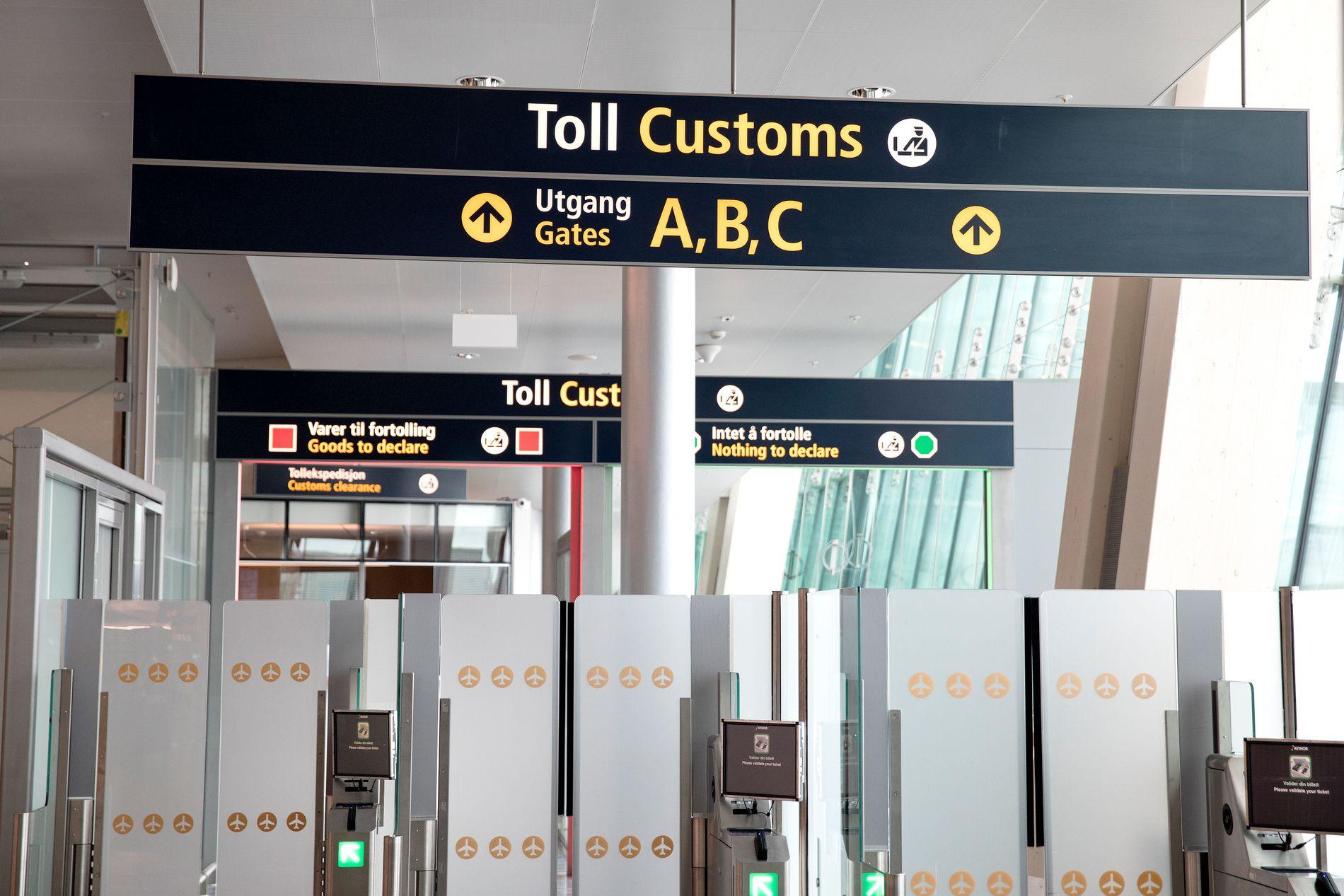 BEKYMRET: Flere tollere mener bemanningen ved ulike grensekontroller har vært for lav i påsken. Dette bildet fra tollen på Gardermoen er tatt ved en tidligere anledning.