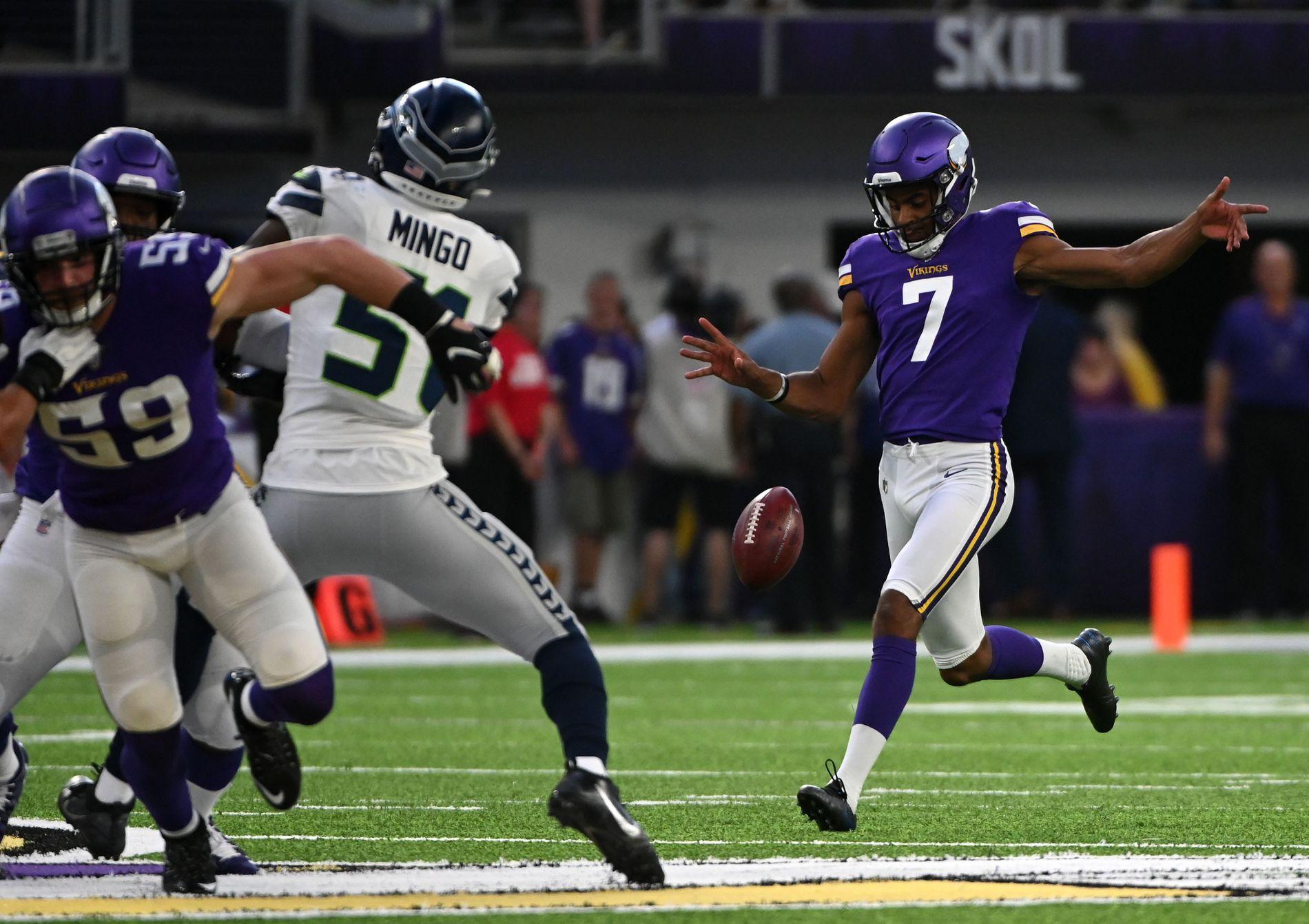 INNENFOR 10: Vedvik imponerte med sitt første spark, et punt som sendte Seattle innenfor sin egen 10 yard-linje.