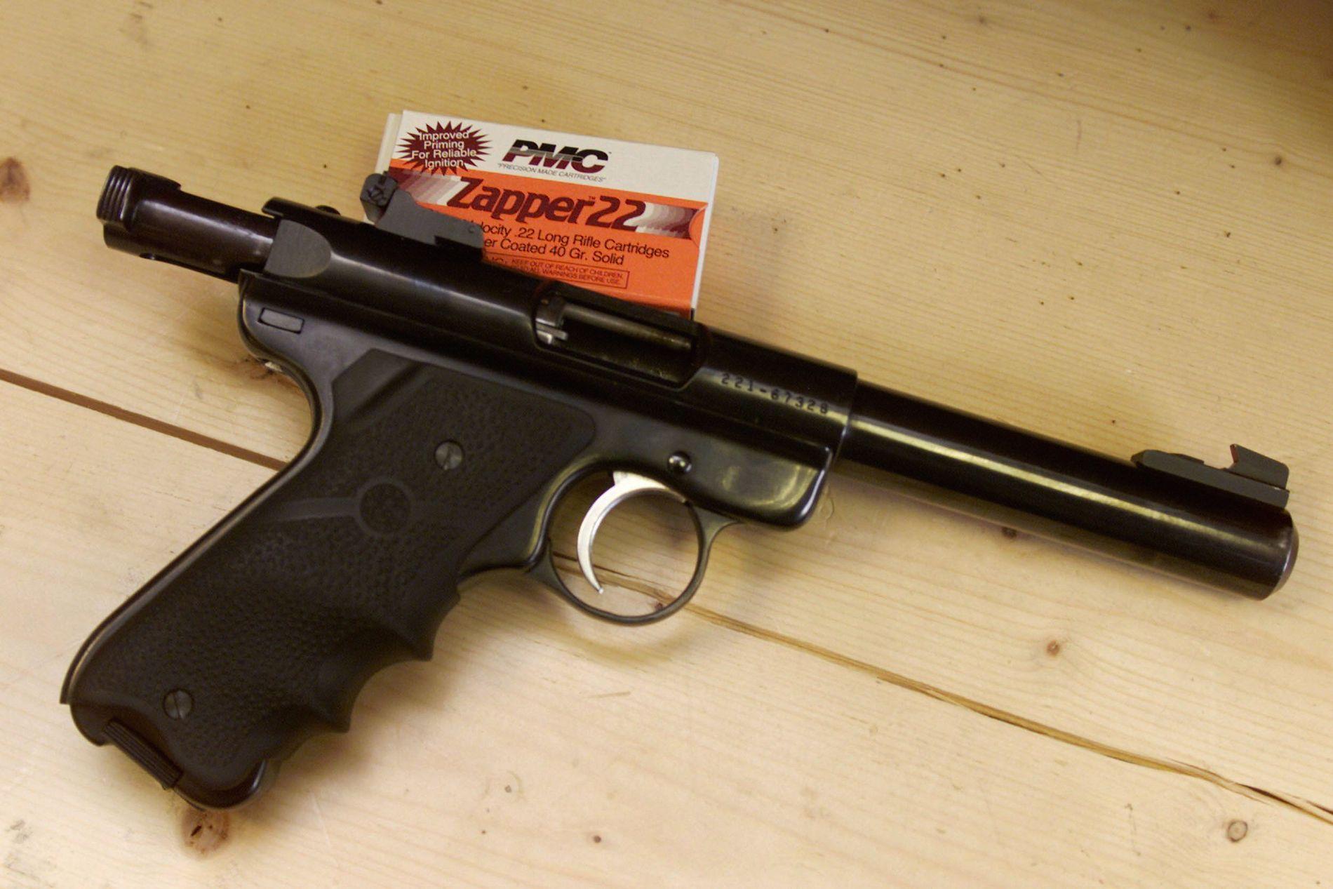 VÅPEN: Det ene drapsvåpenet var en Ruger 22 kaliber pistol, lik den som er avbildet.