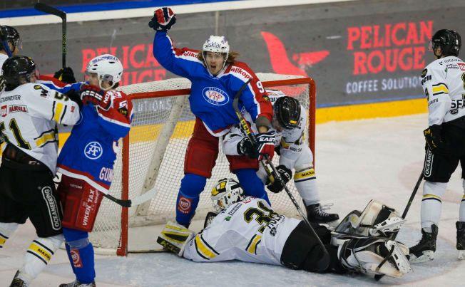 2-2: Rasmus Juell jubler over Vålerengas utligning til 2-2, mens keeper Henrik Holm ligger nede på isen.