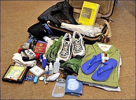 53d50849 HERREKOFFERTEN: Fem boksershortser, badeshorts, to shortser, to tøybukser,  fire T-skjorter, tre skjorter, joggesko, slippers, fire par sokker,  regnponcho, ...