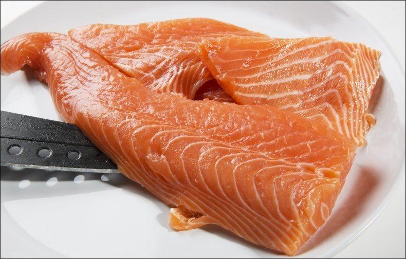 IKKE FOR OFTE: Oppdrettslaks kan inneholde miljøgifter. Foto: MAGNAR KIRKENES
