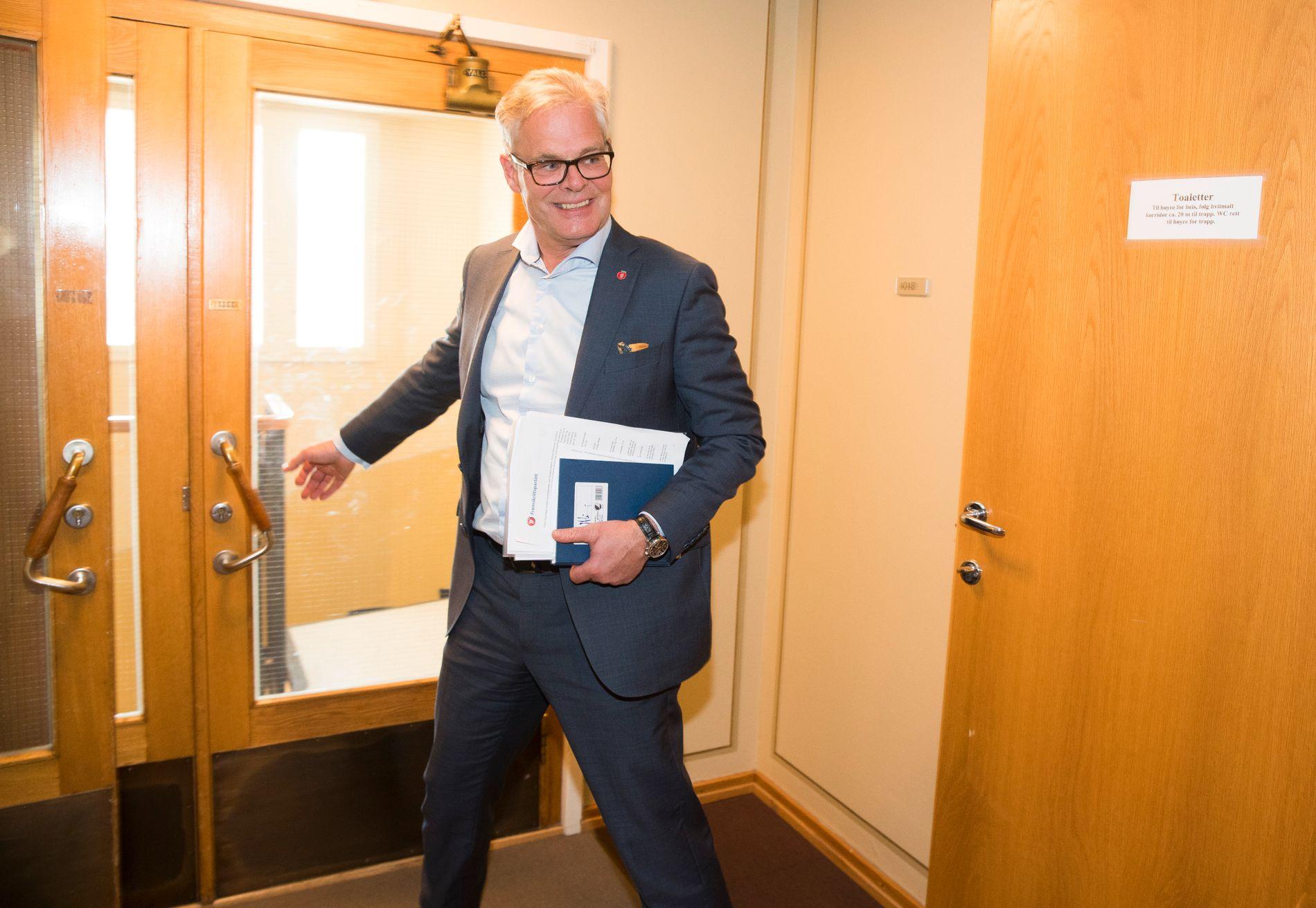 JAKTER BOMLØSNING: Parlamentarisk leder Hans Andreas Limi (Frp) gikk fra ekstraordinært bompengemøte i Frp-gruppen til ordinært stortingsmøte tirsdag ettermiddag.
