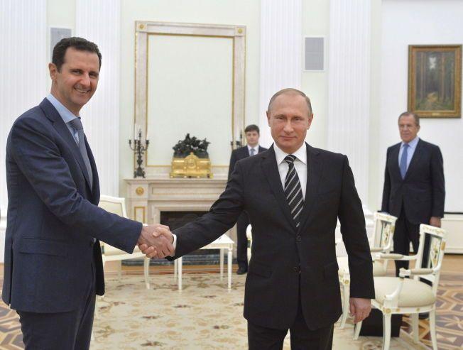 MØTE: Russlands president Vladimir Putin håndhilser på Syrias president Bashar al-Assad da de to møtte hverandre i Damaskus i oktober i fjor