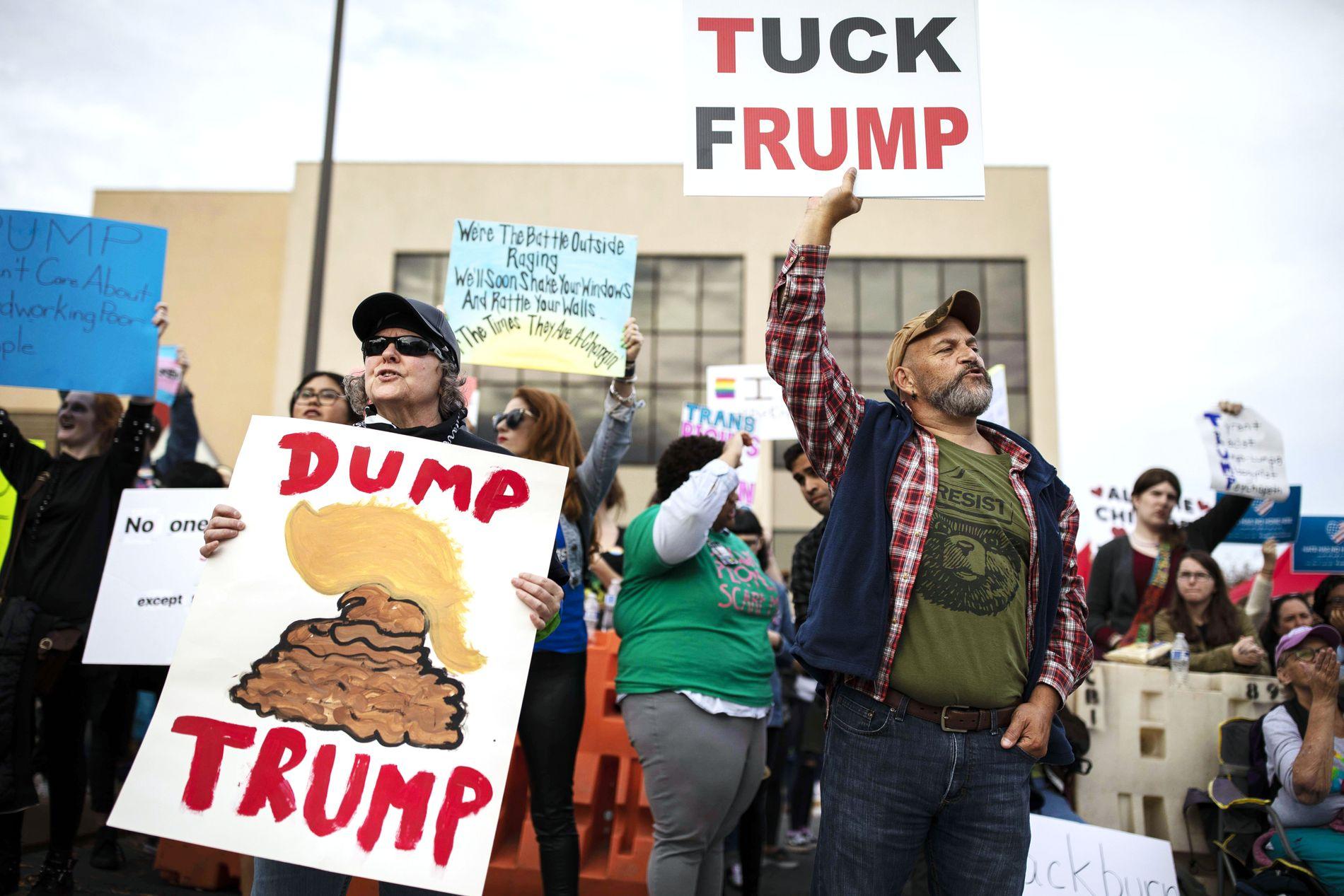 DUMP TRUMP»: Demonstranter protesterer utenfor Donald Trumps støtte-rally til den republikanske senatskandidaten Marsha Blackburn i Chattanooga, Tennessee. Nå begynner veien til 2020 for Demokratene.