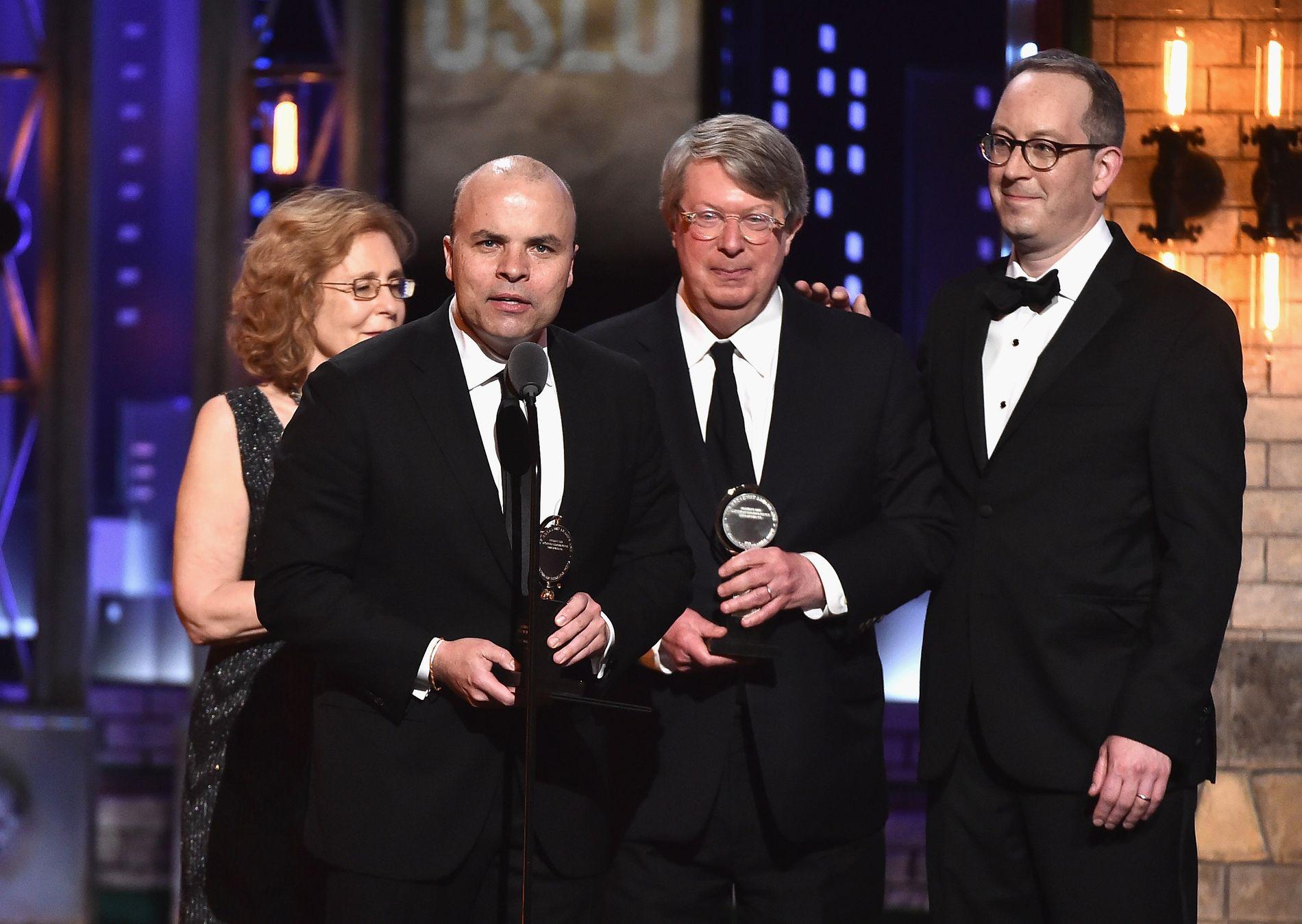 JUBELKVELD: Natt til mandag norsk tid ble Tony-prisene delt ut for 71. gang i New York. Her mottar J.T. Rogers prisen for årets teaterstykke.