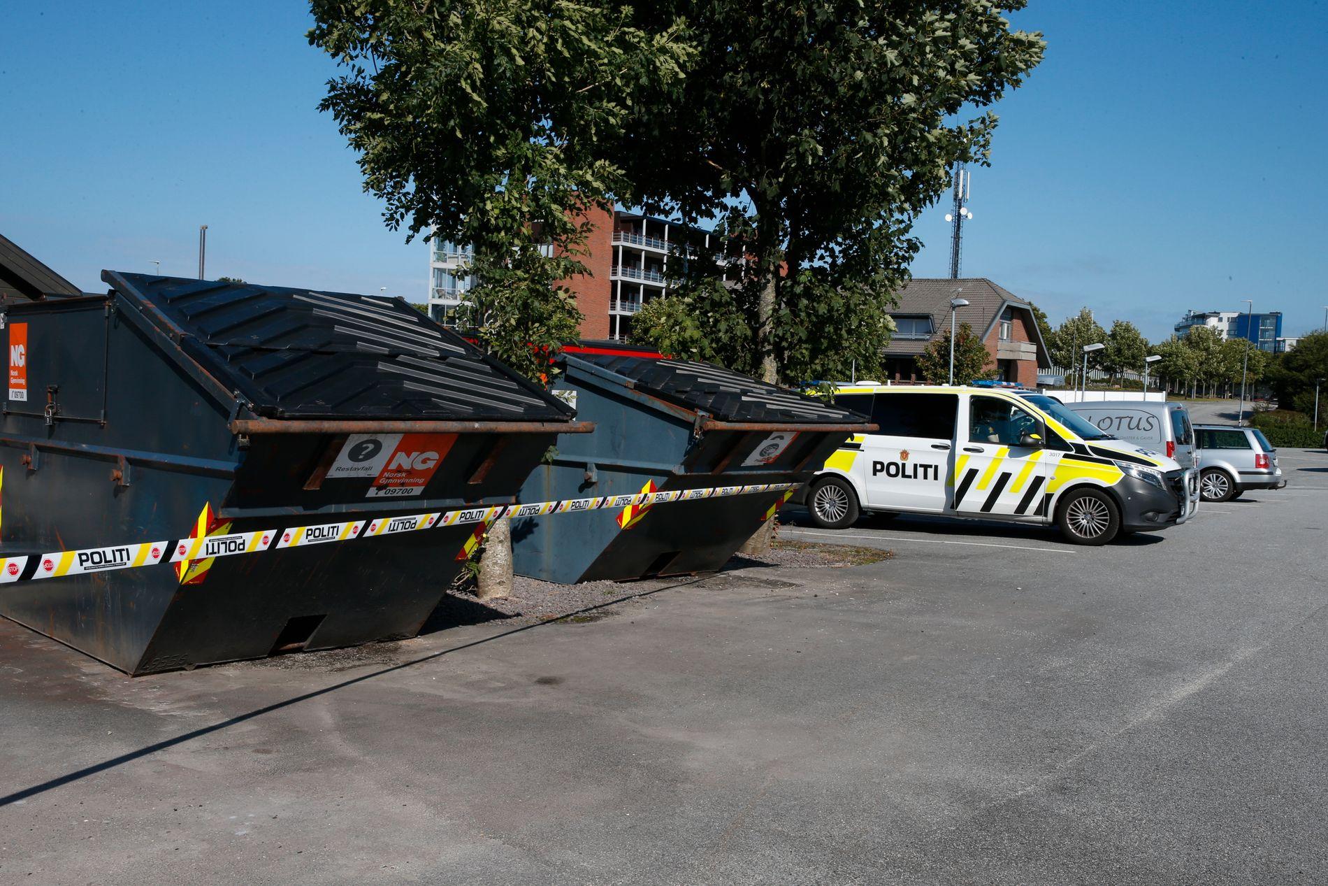 UTRYKNING: Politiet har sperret av to containere i Varhaug sentrum.
