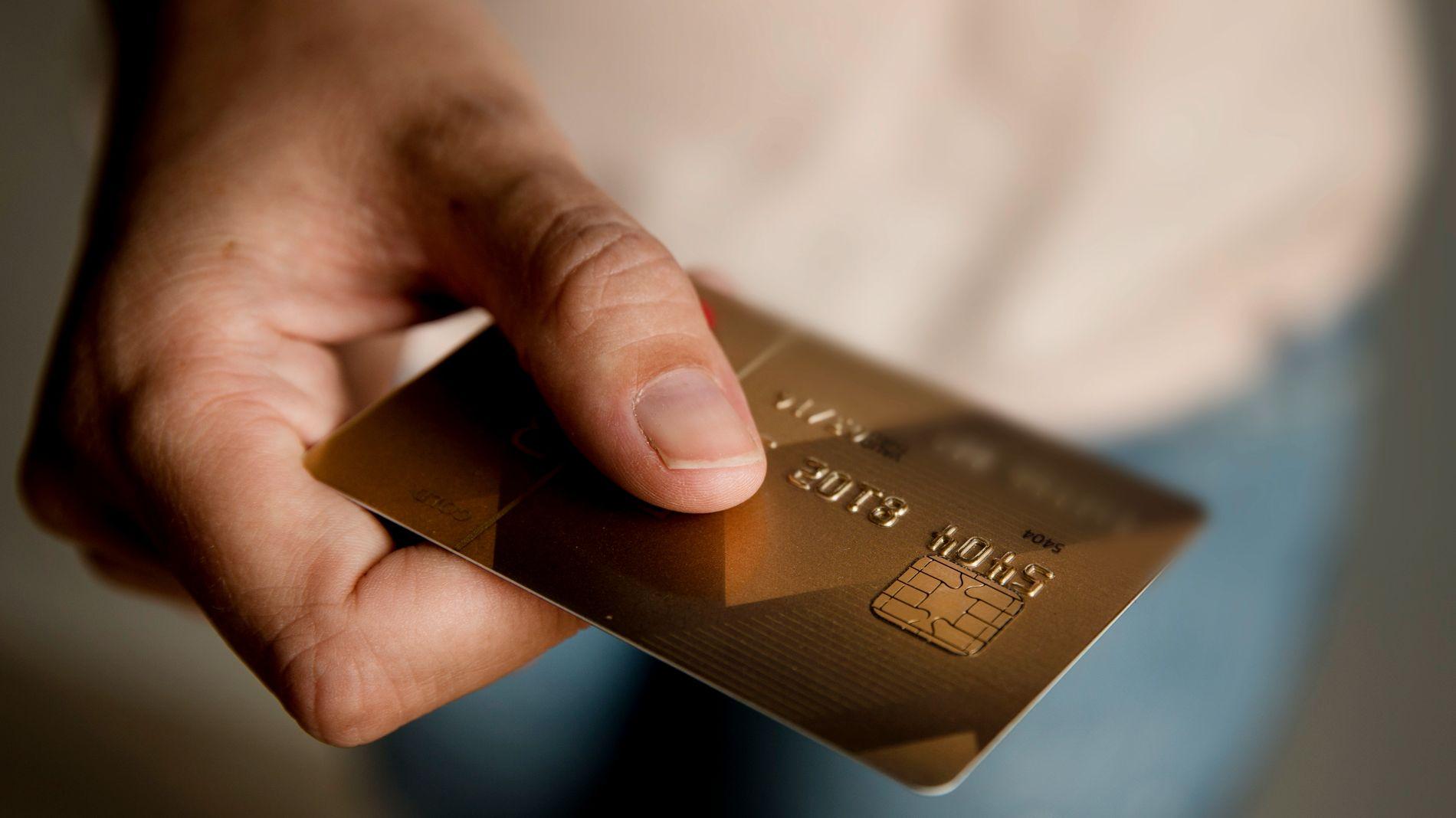 GODER: En rekke kredittkort gir deg rabatter ved bruk på butikker og bensinstasjoner. Forbrukerombudet mener det bør forbys.