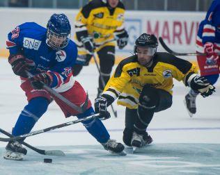 SAMMEN MED ZUCCA: Mathias Emilio Pettersen (t.v) spilte både i kjendiskampen og den «ordentlige» kampen - med Zuccarello og hans lagkamerater fra New York Rangers - under Zuccas All Star Game i Stavanger i juni i fjor.