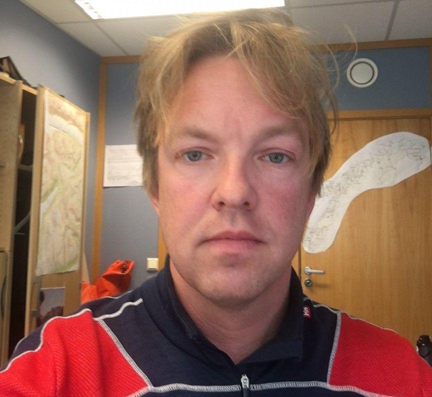 STÅR PÅ BAKKEN: Geoingeniør Andreas Persson i Vegvesenet som opererer Daisybellen i Troms forblir på bakken fredag grunnet dårlig vær.
