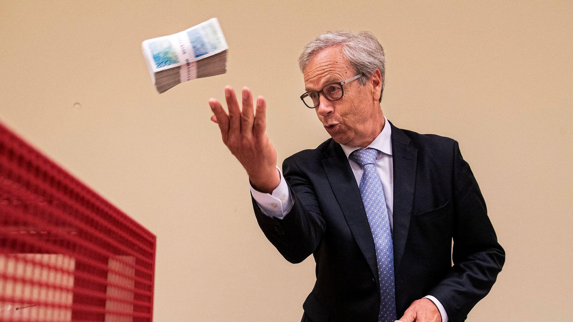 KRONEKJØP: Norges Bank øker kronekjøpene med 200 millioner til 700 millioner kroner per dag i september, noe som overrasket økonomer.