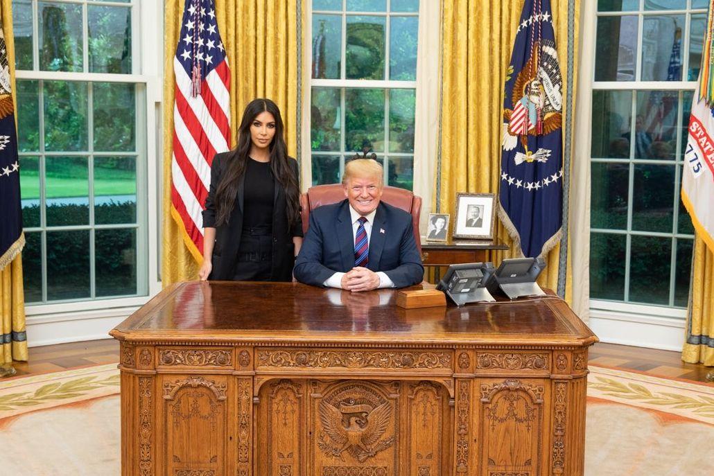 TVITRET: Natt til torsdag norsk tid tvitret president Donald Trump et bilde av seg selv med Kim Kardashian West på hans kontor.