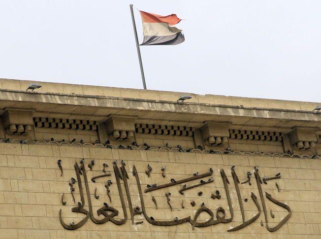 OMSTRIDT RETTSSYSTEM: Den egyptiske høyesteretten og rettssystemet for øvrig anklages stadig for korrupsjon og mangel på rettferdighet. Her fotografert i forbindelse med den siste rettssaken mot tidligere president Hosni Mubarak.