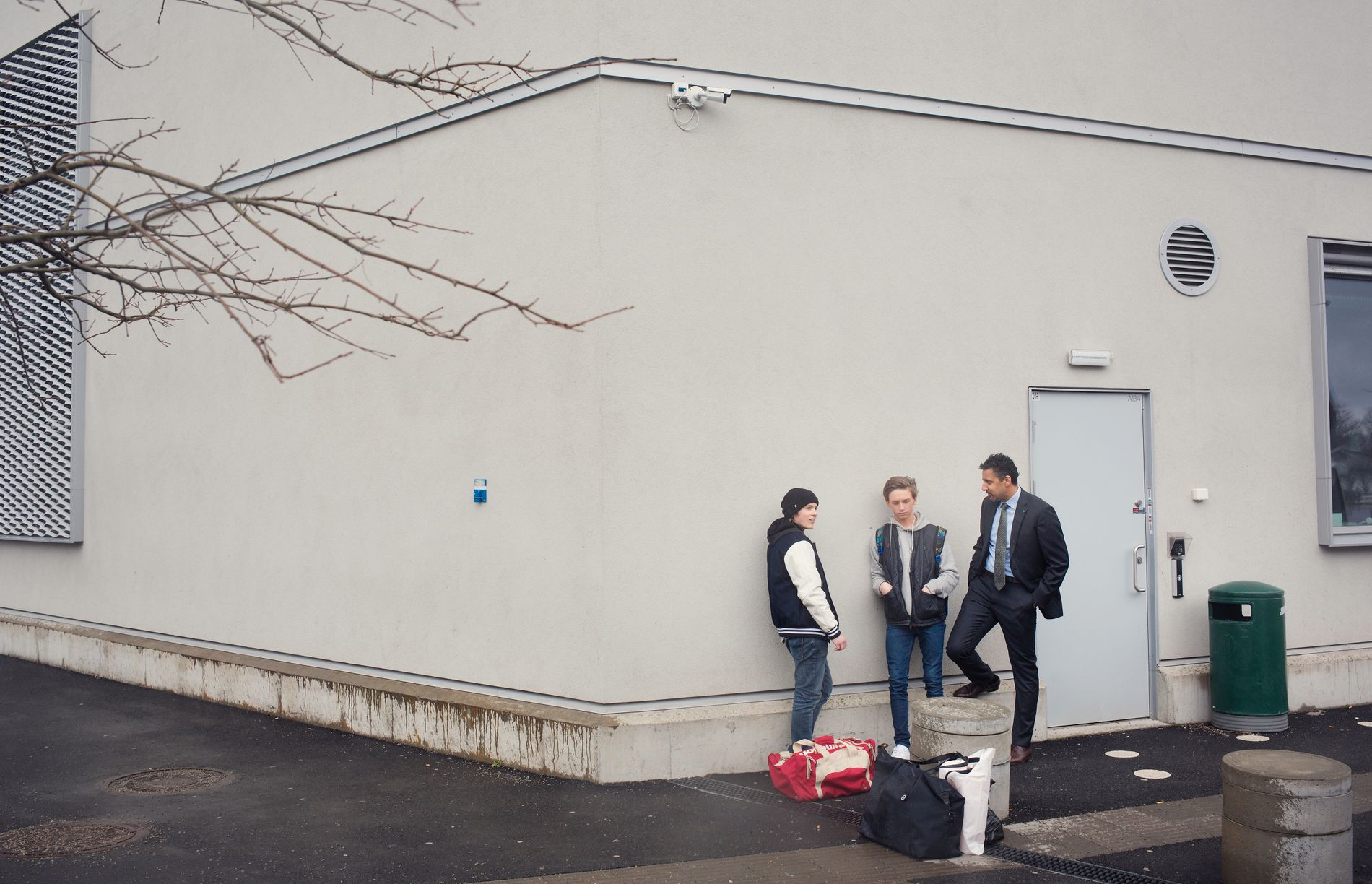 OVERVÅKET: Venstres Abid Raja fotografert både av VG og et overvåkningskamera på Færder videregående skole i Tønsberg ved en tidligere anledning. Her sammen med elevene Nicklas Melsom (t.v.) og Kevin Fossum.