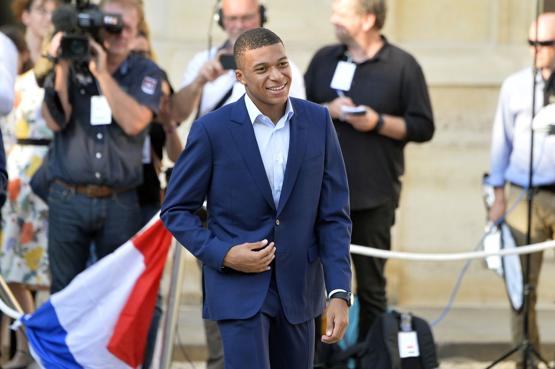 FULL RO: Kylian Mbappé på vei inn til den franske gullfeiringen i Paris.