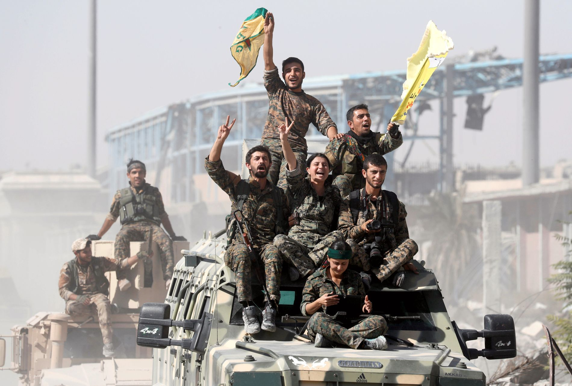 SEIER PÅ «FREMMED» JORD: Syrias demokratiske styrker (SDF), en USA-støttet opprørsallianse som domineres av den kurdiske YPG-militsen, har erklært seier mot IS i Raqqa. Men kurderne i SDF kan lett bli oppfattet som en fremmed makt, mener Midtøsten-ekspert og historieprofessor Knut Vikør ved Universitetet i Bergen til VG.